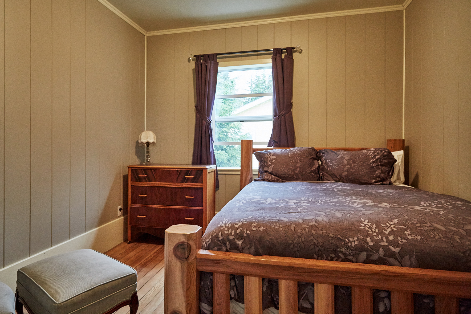 Cassiar Cannery - Halibut House-middle bedroom