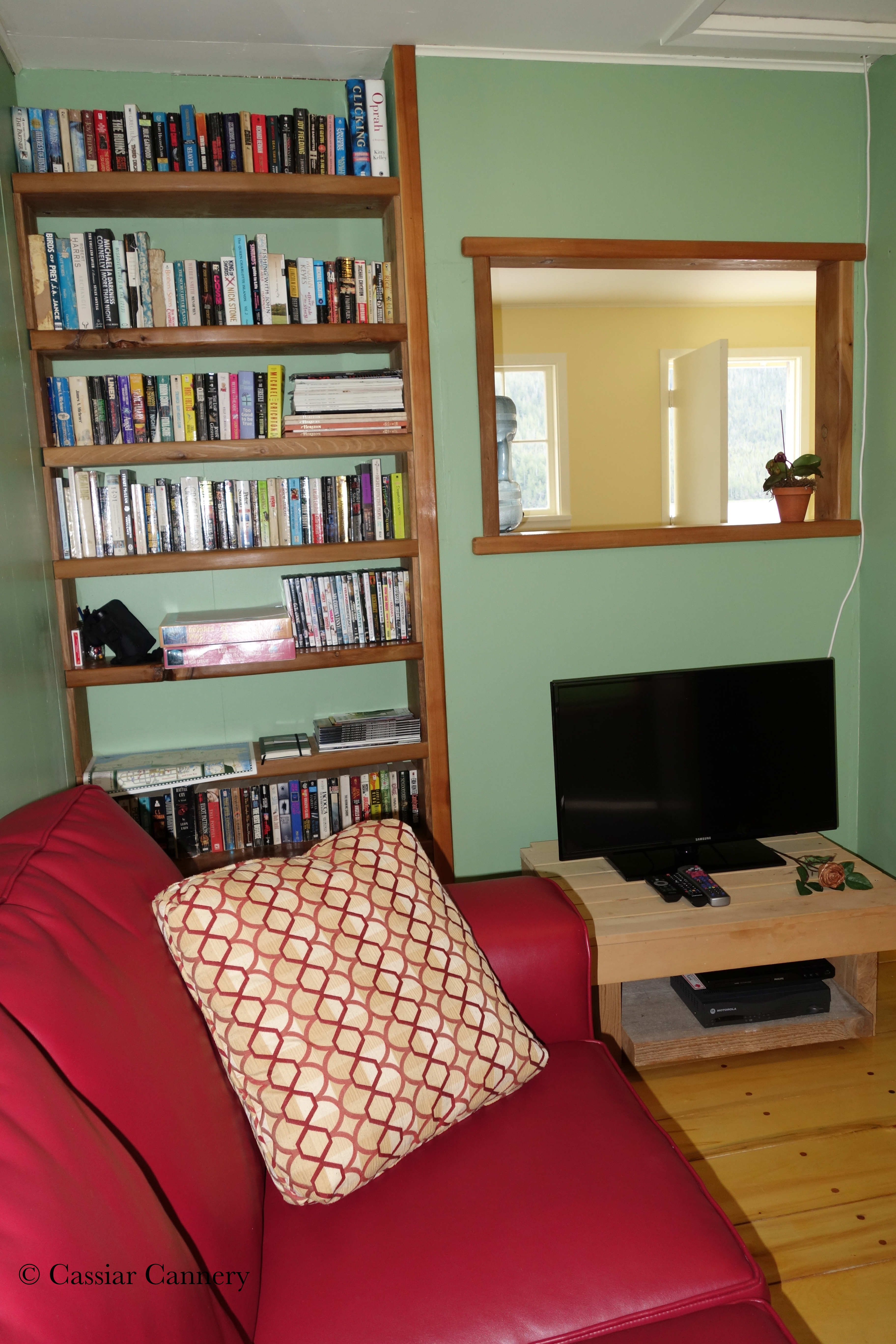 Cassiar Cannery - Steelhead House - comfortable sitting room with books, movies and puzzles.